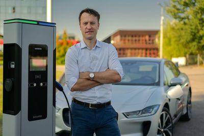 """S tématem """"Řešení pro dobíjení současných a budoucích elektromobilů"""" vystoupí Martin Šilar ze společnosti Siemens"""